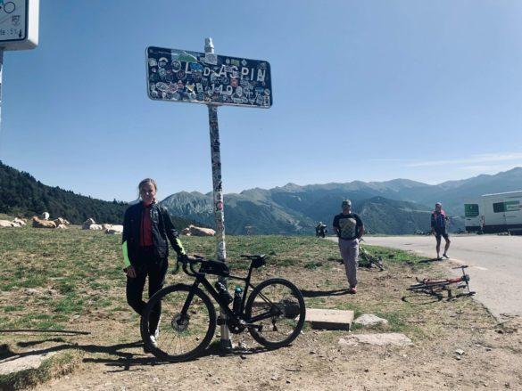 Sara am Col d'Aspin - Pyrenäen Durchquerung Rennrad